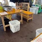 ひろちゃんカキ - 漁港にあるお店は日曜のランチ時とあってお客様で賑わってました。