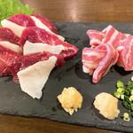 肉系居酒屋 肉十八番屋 - 馬刺し 3種盛り合わせ 1980円 コウネ、赤身、フタエゴ