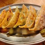 酒場餃子研究所 - 食べ比べ餃子セット 6個 500円 紫蘇餃子、旨辛餃子、濃厚焼き餃子