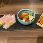 焼鳥とワイン ソバヤノニカイ - 前菜盛り合わせ   自家製レバーのムース  水牛のモッツレラチーズのカプレーゼ  イタリア産生ハム