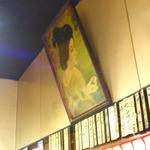 炭火焼肉 てんぐ - お店は天井が高いレトロなスタイル。お品書きも年季が入ってるね。