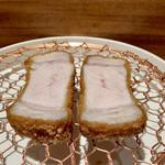 140948025 - ロース                       ヒレ肉より少し火が入ってます。                       食感がヒレよりもしっかりとして、脂身と赤身肉の配分バランスが良く旨味があります