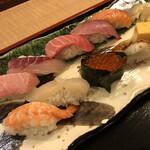 寿司 魚がし日本一 - 上段左から、大トロ・黒鯛・中トロ・わらさ・サーモン 下段左から、エビ・ホタテ・いくら・穴子・玉子