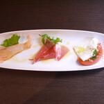 ピッツェリアマルターノ - 前菜3種盛り(サーモンのカルパッチョ・生ハム・カプレーゼ)