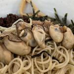 餃子の並商 - スープをサルベージすると沢山の牡蠣が