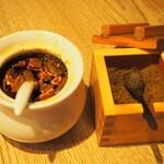 ぎょうざ処 高辻 亮昌 - 自家製の揚げ昆布和らー油、黒煎り七味