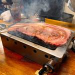 大阪焼肉・ホルモン ふたご - 黒毛和牛のはみ出るカルビ 要予約