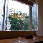 SUNS - 窓辺のカウンター席