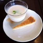 バードランドカフェ - ランチの冷製スープ、キッシュ。