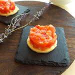 ランファン・キ・レーヴ - パイ生地に、色鮮やかな刻みトマト。一部セミドライトマトを含んでおり、天然の酸味を強調