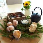 ランファン・キ・レーヴ - エゾマツの葉に、3種の小菓子。紅茶のポットサービスが、鉄器というのもユニーク