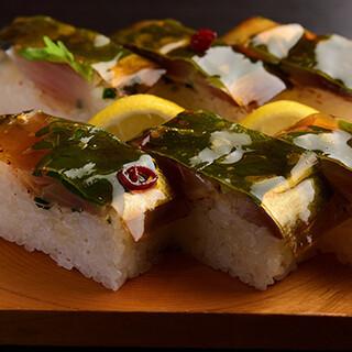 定番の名物料理バッテラや、季節の味覚を楽しめる握り寿司が魅力