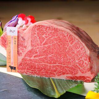最高ランクの「仙台牛」を炭火焼で。