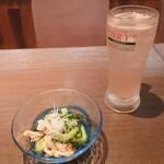 遊食酒蔵 味源 - ゴーヤと鶏ささみのナムル/赤梅サワー
