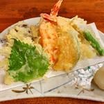 御食事処 なかや - 天ぷら盛り合わせ 美味☆ 左から 大葉 下足 海老2尾 ニンジン サツマイモ 南京 ししとう
