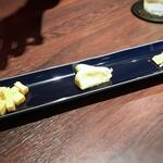 cheese and BAR - ◆チーズ3種セット(1080円:税込)・・お店の方よりもチーズに詳しい彼女が選んで下さいました。