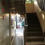 元祖くじら屋 - ビルの入口は狭いです。