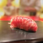 にくの匠 三芳 - サーロインを2種の赤酢のしゃりで握り。