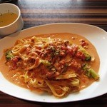 エイトカフェ ラザウォーク - 挽肉とブロッコリーのトマトクリームパスタ&スープ