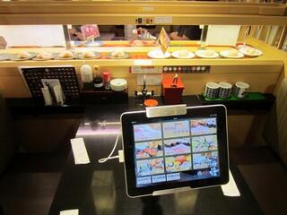 回し寿司 活 西武池袋店 - テーブル席の様子。