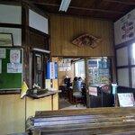 141095343 - 駅の待合室から店内方向