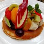Cafe de KAORI - フルーツがどれも熟していてジューシーで美味しい。全粒粉のパンケーキの香りがグッド。