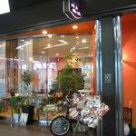 カフェ デュ カシュ・カシュ - オレンジの壁がとてもかわいい。一枚ガラスで爽やかな明るい外観です
