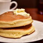 141111088 - 【ホットケーキセット@780円】ホットケーキ:バターが滑る、滑る!