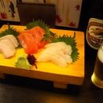 和泉屋 - 刺身三点盛りにビール