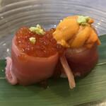 うにと牡蠣と日本酒と 鮨遊成 - いくらとうにのサーモン巻き