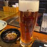 炉ばた煉瓦 - 琥珀エビスビールとお通しの松前漬け