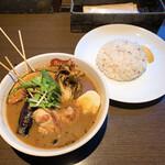 141154045 - 【2020年10月】パリパリ知床鶏と野菜カレー@1,200円(スープ通常、辛さ中辛、ライス小盛)。