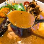 141154051 - 【2020年10月】パリパリ知床鶏と野菜カレー@1,200円(スープ通常、辛さ中辛、ライス小盛)、スープアップ。