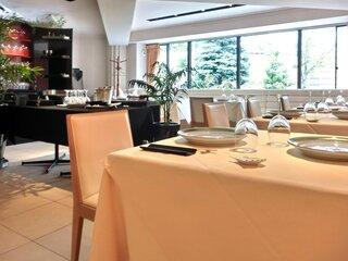 メゾン・ド・ユーロン - 店内のテーブル席の風景です