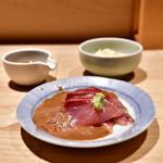 日本橋海鮮丼 つじ半 - 【ぜいたく丼 松@2,000円】ぶり刺身、黄身醤油、ガリ