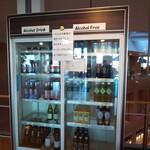 ポートテラスカフェ - 外国の瓶ビールはレジ横の冷蔵庫からピックアップ