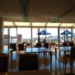 ポートテラスカフェ - テラス席はいっぱい、赤レンガと海が見える