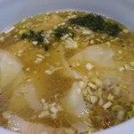 ひるがお 駒沢本店 - 塩ワンタンつけ麺のつけ汁