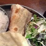Truly south indian dakshin yaesu - チャパティ、サラダ
