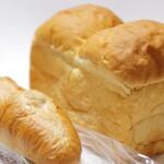 手作りパン 焼菓子 和み - ←バゲット。→ミルク食パン。