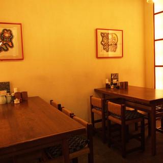 【和空間】カウンター・テーブル共に温もりのある空間です