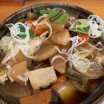 141200779 - ネギを退けると、根菜類がいっぱい。大根、人参、里芋、牛蒡、木綿豆腐、芋がら、など。