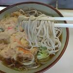 きそば 鈴一 - 「天ぷらそば」麺アップ
