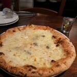 141258259 - ゴルゴンゾーラピッツァはハチミツをたっぷりかけるととんでもなく美味しいですよねー。白ワインを飲みたくなりました。