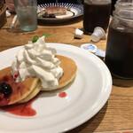 ナポリワークス - ミックスベリーのパンケーキとアイスコーヒー