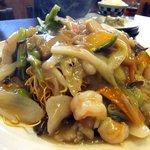 麺や 竜の字 - 長崎海鮮皿うどん(カタ麺)。こちらの具の中もカボチャがありました。