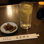三祐酒場 - 2012.7 元祖の焼酎ハイボール(300円)、お通し(50円)のキュウリ漬物