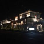 源氏総本店 - 夜の源氏総本店。大きくてどんどんバックして撮影しました(笑)