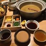 源氏総本店 - 胡麻タレに良く合うニンニクも有ります。ほんの少しがオススメです。