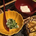 源氏総本店 - しゃぶしゃぶのポン酢タレに入れる薬味。山芋の細目切りと緑のは何だろう⁇